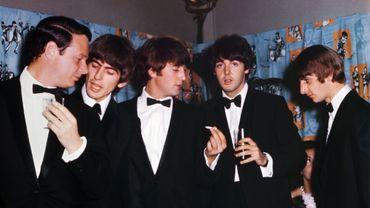 Brian Epstein,(à gauche sur la photo) aux côtés de George Harrison, John Lennon, Paul McCartney et Ringo Starr