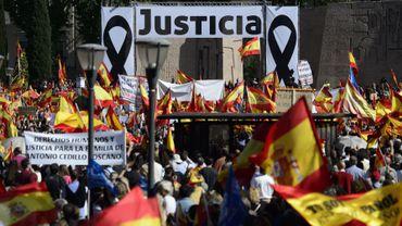 """Les victimes de l'ETA entourées de milliers de manifestants pour réclamer """"justice"""" après l'arrêt des juges de Strasbourg qui pourrait entraîner la libération de dizaines de militants du groupe armé basque, en Espagne"""