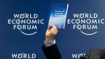 Klaus Schwab, président du Forum économique mondial de Davos, présente le programme de cette rencontre, le 13 janvier 2016