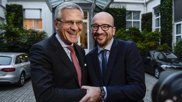 """Les co-formateurs Kris Peeters et Charles Michel ont finalement parvenu à obtenir cet accord de gouvernement """"au finish""""."""