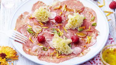 Carpaccio de bœuf, radis roses et framboises à la Tête de Moine, vinaigrette aux agrumes et tagète mandarine
