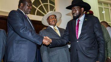 Le président du Soudan du Sud Salva Kiir serre la main de son opposant, Riek Machar (gauche) durant une rencontre sous l'égide de l'Ouganda à Entebbe, le 07 juillet 2018
