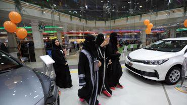 Des femmes en visite au salon de l'auto dans la ville portuaire de Djeddah, Arabie saoudite.