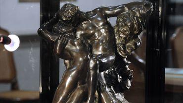 """L'oeuvre mesure 80 centimètres de longueur, 66 de hauteur, pour 154 kg et est une variante de la sculpture en marbre """"Le Baiser"""", exposée au Musée Rodin à Paris"""