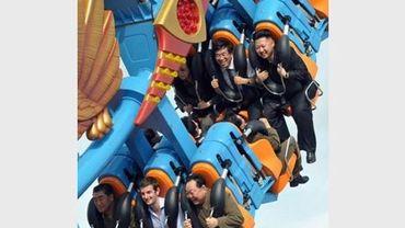 Photo non datée du leader nord-coréen Kim Jong-Un (D) s'amusant sur des montagnes russes dans un parc d'attractions à Pyongyang