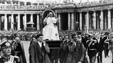 Le pape Pie XII sur la place St Pierre, à Rome, en août 1957