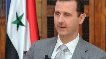 Photo transmise par l'agence de presse syrienne Sana du président syrien Bachar al-Assad (d) lors d'une émission télévisée à Damas le 30 octobre 2011