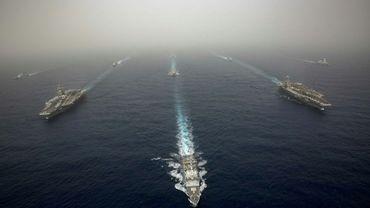 Le porte-avions USS Abraham Lincoln (G) dans la Méditerrannée, en formation avec des navires français et espagnols ainsi que d'autres bâtiments américain, le 24 avril 2019 (photo publiée par la marine américaine)
