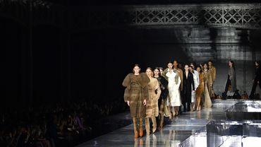 Pour Burberry, le directeur créatif Riccardo Tisci continue de revisiter le trench qui a rendu célèbre la marque, pour le rajeunir et le rendre plus sexy.
