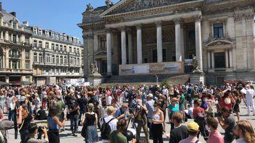 A Bruxelles et dans d'autres villes du pays, les artistes se sont immobilisés pour réclamer des mesures d'urgence pour leur secteur, à l'arrêt depuis plus de trois mois.