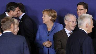 Angela Merkel (C), lors de la photo de famille du sommet européen, le 23 octobre 2011 à Bruxelles