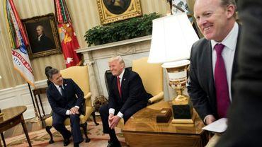 Le porte-parole de la Maison Blanche Sean Spicer (d) lors de la rencontre du président Donald TRump avec son homologue colombien Juan Manuel Santos à Washington, le 18 mai 2017
