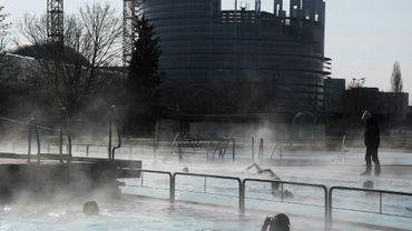 Des nageurs bravent le froid dans une piscine extérieure près du Parlement européen à Strasbourg le 26 février 2018