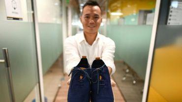 L'entrepreneur vietnamien Le Thanh montre les chaussures fabriquées à partir de marc de café par sa start-up écologiste ShoeX, le 29 juin 2020 à Ho Chi Minh Ville.