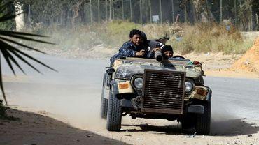 Des combattants loyaux au Gouvernement d'union nationale (GNA) libyen à bord d'une jeep armée d'un canon lors d'affrontements avec les forces du maréchal  Khalifa Haftar qui tentent de conquérir Tripoli, le 20 avril 2019