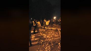 Dans les dernières images publiées sur Facebook en direct de Feluy, on voit un arbre couché sur le sol