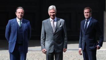 Bart De Wever, président de la N-VA, le roi Philippe et Paul Magnette, président du PS, photographiés avant une réunion au Palais royal à Bruxelles, lundi 20 juillet 2020.