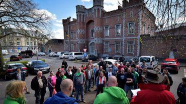 Devant la prison de Tournai