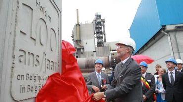 Le Prince Philippe inaugure la plaque commémorative du centenaire.
