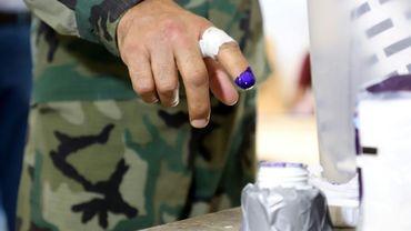 Un membre des forces kurdes montre son doigt couvert d'encre après avoir déposé son bulletin de vote pour les élections du Parlement local dans la région autonome du Kurdistan d'Irak, le 28 septembre 2018. Les militaires avaient voté deux jours avant le scrutin général.