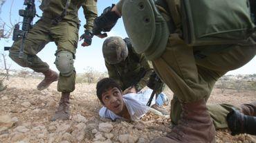 Un jeune palestinien arrêté par des soldats israéliens, près de Beit Omar, au nord de Gaza