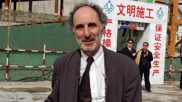 L'architecte Paul Andreu devant le chantier du Grand théâtre national de Pékin, le 26 avril 2003.