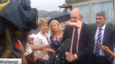 Un ministre néo-zélandais reçoit un sextoy au visage en plein direct TV