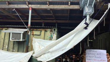 Photo fournie le 31 octobre 2017 par le sénateur australien Nick McKim de réfugiés d'un camp de transition sur l'île de Manus, en Papouasie-Nouvelle-Guinée, refusant de quitter les lieux le jour prévu de sa fermeture