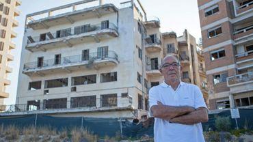 Pavlos Iacovou pose le 13 septembre 2019 à proximité de la cité balnéaire chypriote de Varosha (est), vidée de ses habitants et sous contrôle de l'armée turque depuis 1974