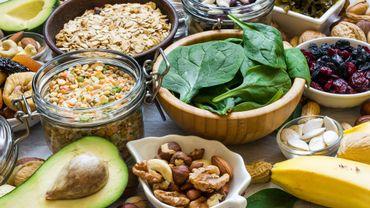 Les fruits (avocats, bananes, abricots, agrumes, cassis…) et les fruits secs (noix, amandes, pistaches, dattes, figues…) sont riches en potassium.
