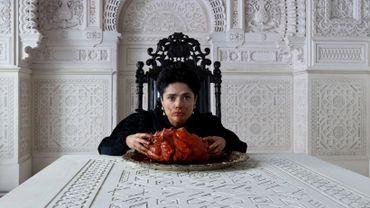 """Salma Hayek mangeant un coeur de dragron dans le film """"Tale of Tales"""" de Matteo Garrone"""