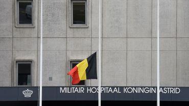 Un drapeau en berne le 24 avril 2016 à l'hôpital militaire Reine Astrid, à Neder-Over-Heembeek (Bruxelles).