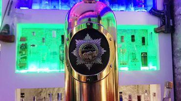 Le flacon, paré d'or blanc et jaune et surmonté d'une réplique de l'Aigle Impérial russe incrustée de diamants, est estimé à 1,3 million de dollars (un million d'euros). Ce qui en fait l'une des bouteilles de vodka les plus chères du monde, selon BrianInberg.