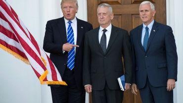 James 'Mad Dog' Mattis entre le président élu Donald Trump et le vice-président élu Mike Pence