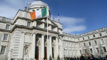 Le drapeau irlandais flotte devant le siège du gouvernement à Dublin, le 9 octobre 2018