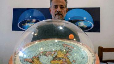 Anderson Neves, adepte brésilien de la théorie de la Terre plate, en février 2020 à Sao Paulo