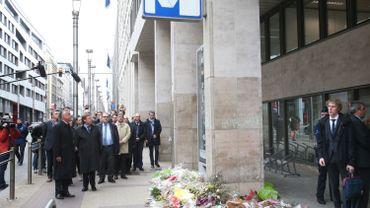 Les membres de la commission parlementaire sur les attentats, devant l'entrée de la station de métro Maelbeek, théâtre de l'attentat le 22 mars dernier.