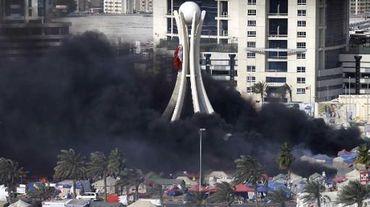 De la fumée noire provenant des tentes sur la place de la Perle, le 16 mars 2011 à Manama, à Bahreïn