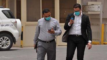Des personnels soignants quittent l'hôpital du roi Fahad à Hofuf, le 16 juin 2013