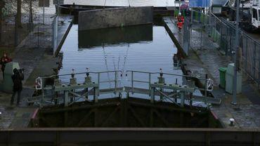 """La pose de ce lourd pan d'acier, placé en travers des huit mètres de large du canal, donnait le coup d'envoi de trois mois de """"chômage"""", selon le terme officiel"""