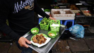 """A base de vers frits, les galettes """"cha ruoi"""", proposées dans de nombreux stands de rue de Hanoï, font depuis des générations les délices des habitants de la capitale vietnamienne"""