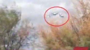 Les deux hélicoptères se heurtent en vol.