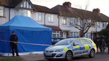 Un policier devant la maison de l'exilé russe Nikolaï Glouchkov mort dans des corconastances inexpliquées, à Londres, le 13 mars 2018