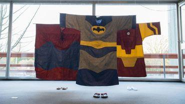 Exposition de bazins du Mali, des pièces de textile vestimentaire portées en Afrique de l'Ouest.