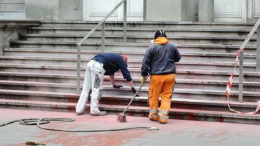 Vers 15 heures, les ouvriers communaux étaient toujours occupés à nettoyer les marches