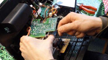 Arnaud Dubuc constate que les objets son devenus de plus en plus difficilesà réparer, pour pousser à les remplacer plus rapidement.