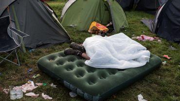 Un festivalier endormi dans le camping de Glastonbury, le 26 juin 2017.