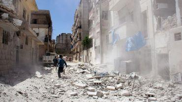 Décombres après des raids aériens syriens sur la localité de Idlib (nord-ouest de la Syrie), le 20 juillet 2016