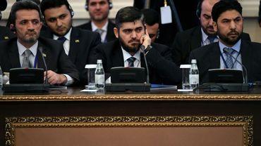 Le négociateur en chef de la délégation des rebelles syriens, Mohammad Allouche (c), le 23 janviçer 2017 lors des pourparlers avec le régime à Astana, au Kazakhstan