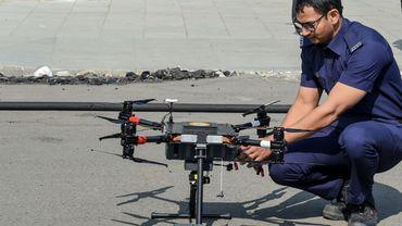 Comme en France (ici un pompier français en opération à Ahmedabad, le 23 janvier), les combattants du feu wallons disposeront de drones.